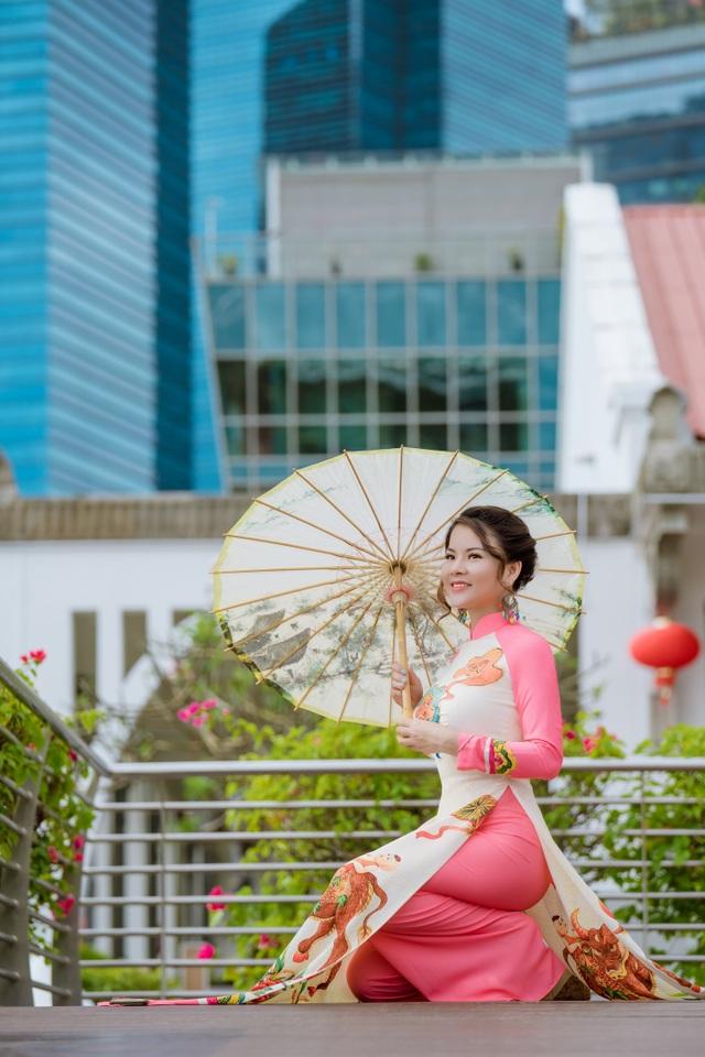 Cô giáo người Việt mặc áo dài trên phố Singapore - 4