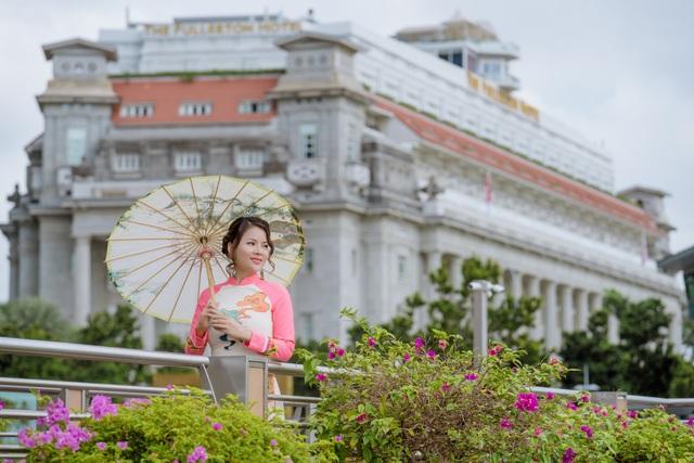 Cô giáo người Việt mặc áo dài trên phố Singapore - 7