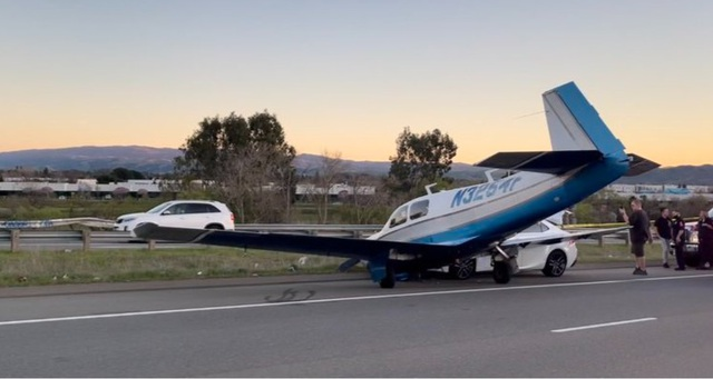 Máy bay Mỹ hạ cánh khẩn cấp xuống cao tốc, đâm cắt mặt ô tô - 1