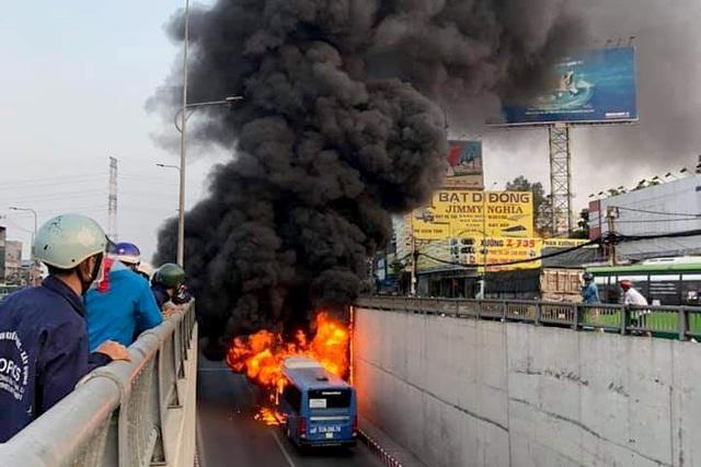 Xe buýt cháy ngùn ngụt ở hầm chui An Sương - 1