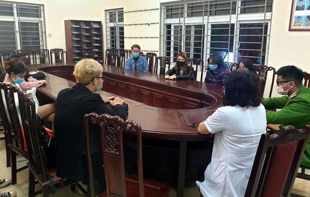 Quán cà phê trên phố cổ Hà Nội mở cửa bất chấp lệnh cấm - 2