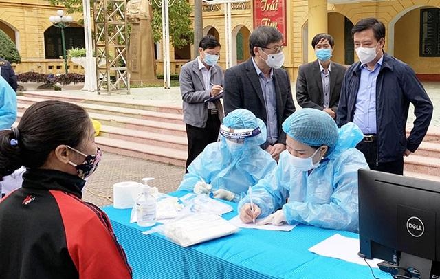 12.000 người dân ở ổ dịch Kim Liên đã được lấy mẫu xét nghiệm  - 1