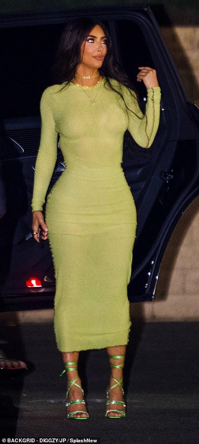 Kim Kardashian diện váy ôm sát đi ăn cùng chị gái - 4