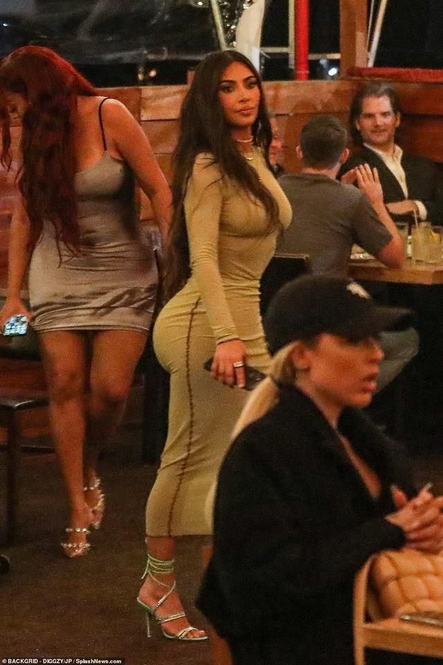 Kim Kardashian diện váy ôm sát đi ăn cùng chị gái - 5