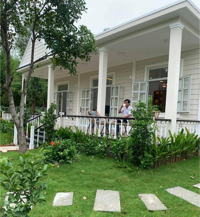 Vợ chồng trốn dịch về ngoại ô uống trà, ngắm hoa trong biệt thự đẹp mê - 4
