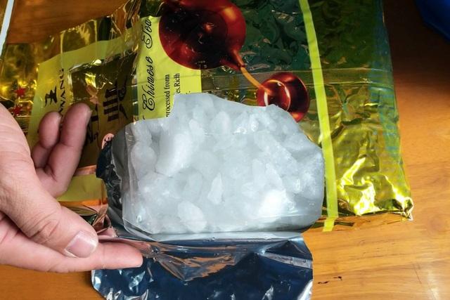 Tóm gọn đối tượng ôm 3kg ma túy đá, 800 viên ma túy tổng hợp qua biên giới - 2