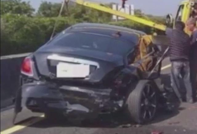 Phóng nhanh, không giữ khoảng cách an toàn, xe Rolls-Royce bị tông vỡ đuôi - 1
