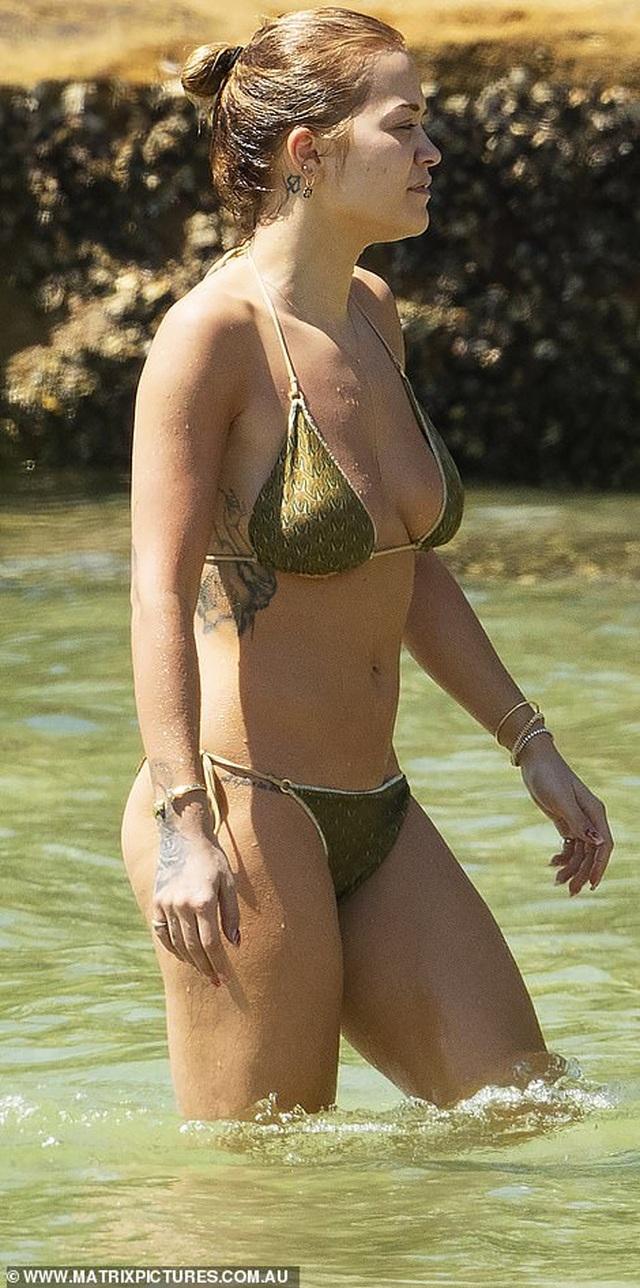 Rita Ora tái xuất sau scandal tổ chức tiệc giữa dịch Covid - 4
