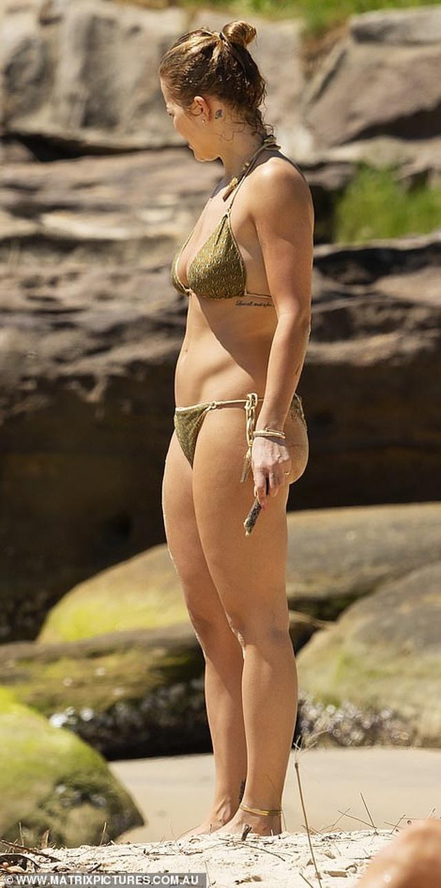 Rita Ora tái xuất sau scandal tổ chức tiệc giữa dịch Covid - 5