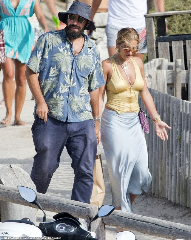 Rita Ora tái xuất sau scandal tổ chức tiệc giữa dịch Covid - 8