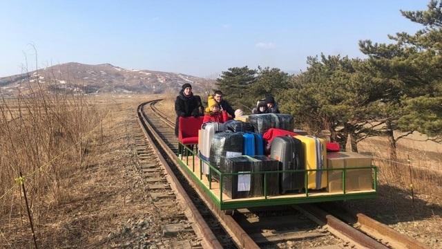Nhà ngoại giao Nga ở Triều Tiên hồi hương bằng chiếc xe có một không hai - 1
