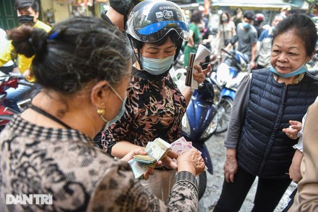 Gà ngậm hoa hồng bán cả trăm con ở chợ Hàng Bè Hà Nội ngày Rằm tháng Giêng - 12