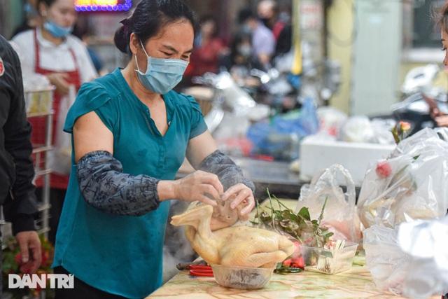 Gà ngậm hoa hồng bán cả trăm con ở chợ Hàng Bè Hà Nội ngày Rằm tháng Giêng - 3