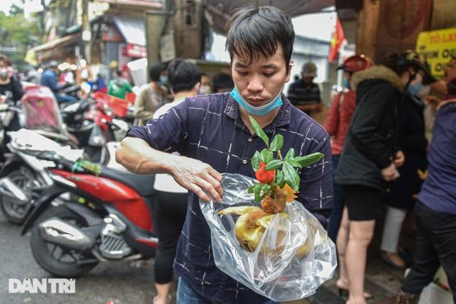 Gà ngậm hoa hồng bán cả trăm con ở chợ Hàng Bè Hà Nội ngày Rằm tháng Giêng - 13