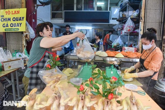 Gà ngậm hoa hồng bán cả trăm con ở chợ Hàng Bè Hà Nội ngày Rằm tháng Giêng - 2
