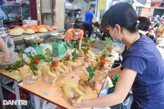 Gà ngậm hoa hồng bán cả trăm con ở chợ Hàng Bè Hà Nội ngày Rằm tháng Giêng - 6