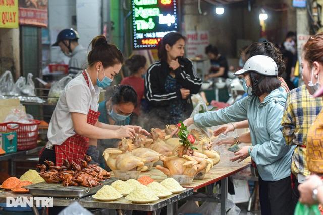 Gà ngậm hoa hồng bán cả trăm con ở chợ Hàng Bè Hà Nội ngày Rằm tháng Giêng - 9