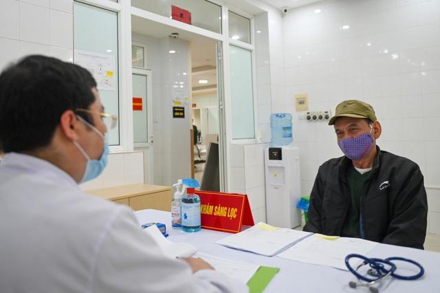 Cụ bà 71 tuổi một mình đi xe bus đến đăng ký tiêm thử vắc xin Covid-19 - 6