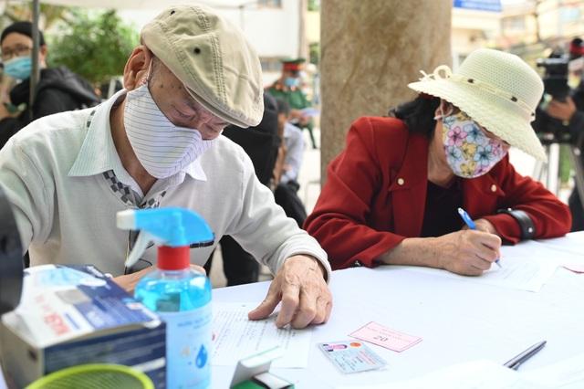 Cụ bà 71 tuổi một mình đi xe bus đến đăng ký tiêm thử vắc xin Covid-19 - 1
