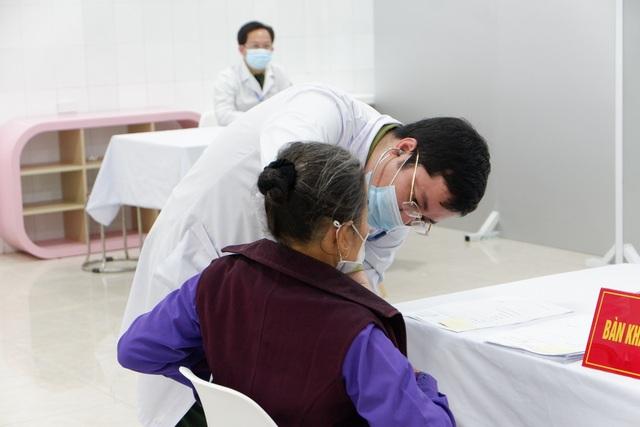 Cụ bà 71 tuổi một mình đi xe bus đến đăng ký tiêm thử vắc xin Covid-19 - 4