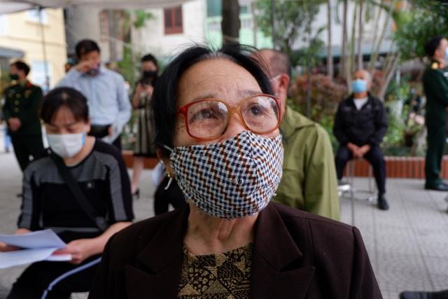 Cụ bà 71 tuổi một mình đi xe bus đến đăng ký tiêm thử vắc xin Covid-19 - 2