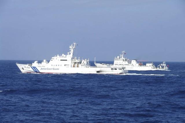 Tàu Trung Quốc áp sát đảo tranh chấp, Nhật Bản xem xét nổ súng trực tiếp - 1