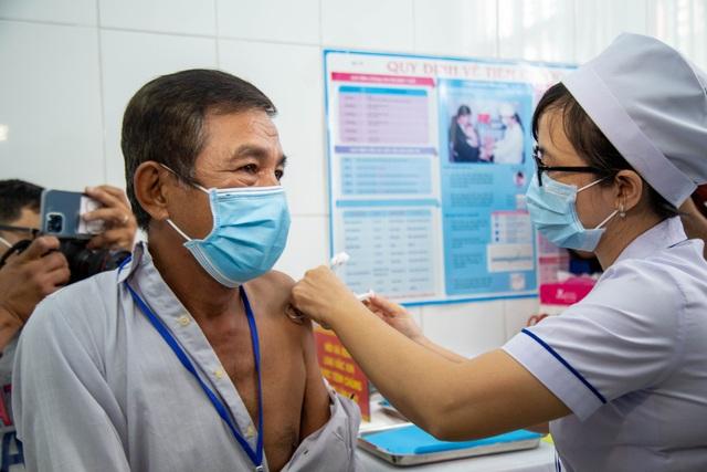 Chưa xảy ra tác dụng phụ nặng khi tiêm vắc xin Covid-19 sản xuất trong nước - 6