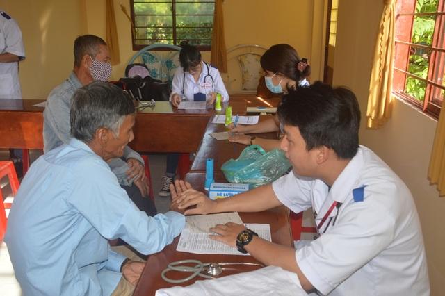 Câu lạc bộ thầy thuốc trẻ hết mình chăm sóc sức khỏe nhân dân - 1