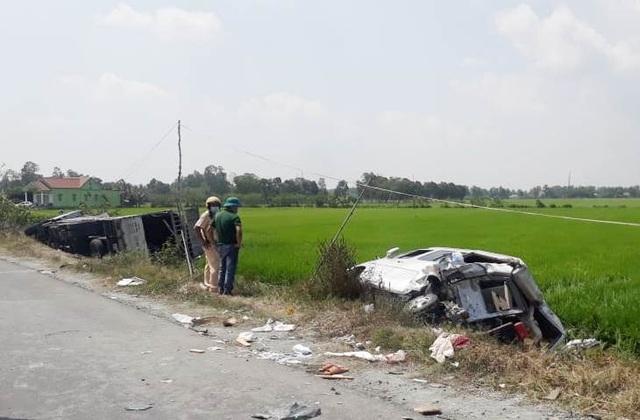 Hai ô tô va chạm rồi lật xuống ruộng, 1 người chết, 7 người bị thương - 3