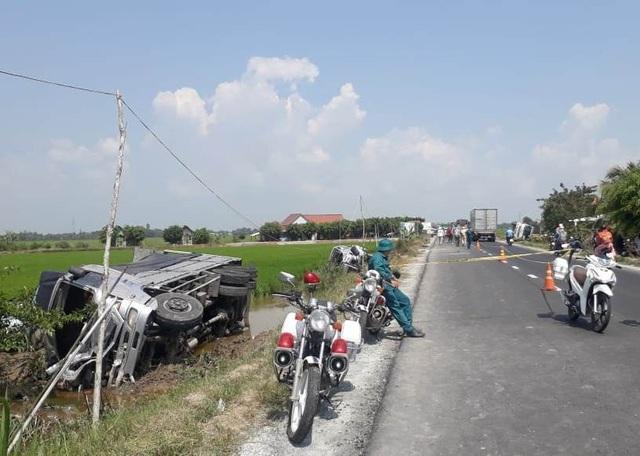 Hai ô tô va chạm rồi lật xuống ruộng, 1 người chết, 7 người bị thương - 4