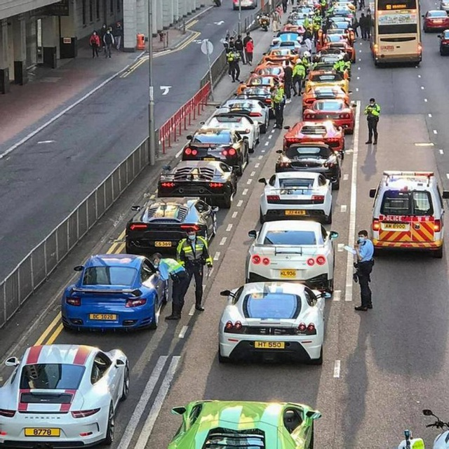 Bị chặn bắt, siêu xe nằm xếp hàng như lợn con trên đường phố Hồng Kông - 1