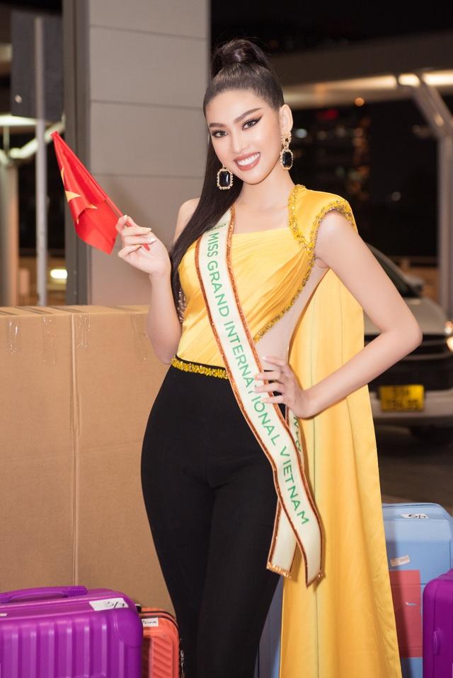 Phải cách ly, Ngọc Thảo mang 150kg hành lý sang Thái Lan dự thi - 1