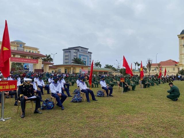 Gần 1.000 thanh niên Quảng Bình lên đường nhập ngũ - 1