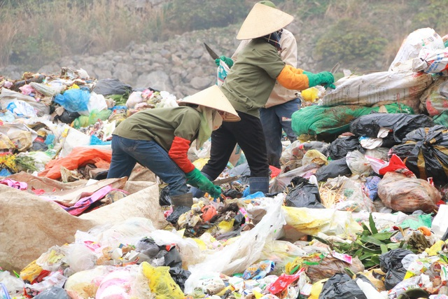 Chuyện những người quanh năm kiếm cơm ở… bãi rác - 4