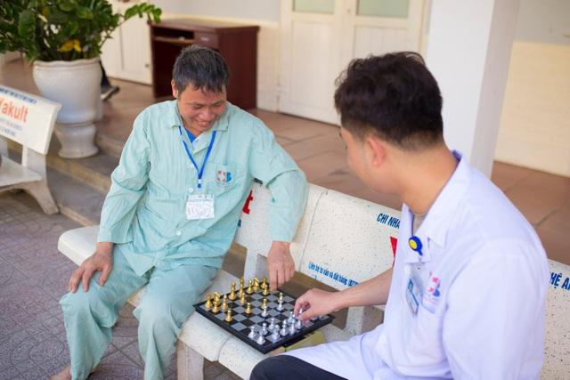 Những chiến sỹ áo blouse trắng mang nụ cười cho bệnh nhân ung thư - 14