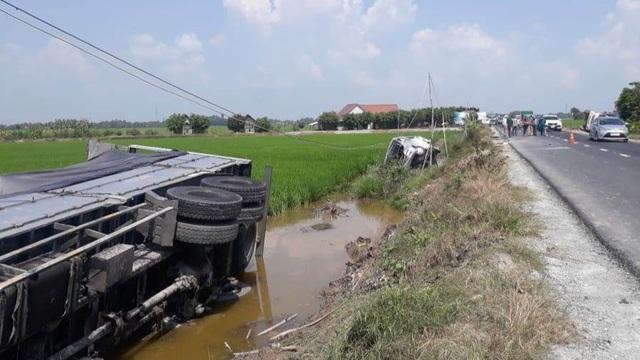 Hai ô tô va chạm rồi lật xuống ruộng, 1 người chết, 7 người bị thương - 1