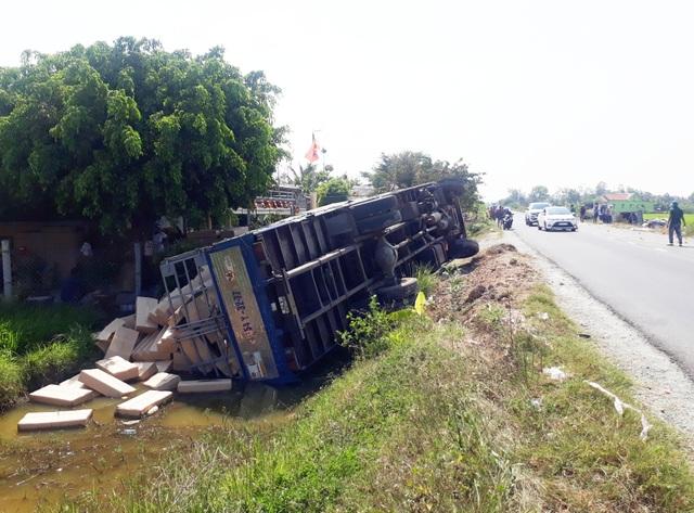 Xe tải lật ngang, nghi do tài xế mải xem vụ 2 ôtô bay xuống ruộng - 1