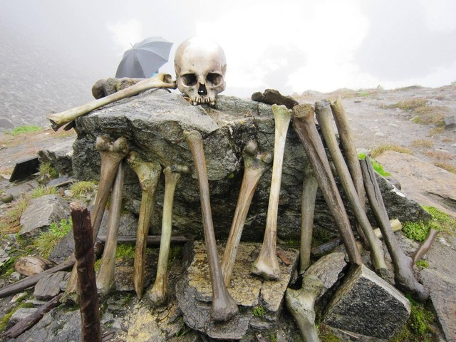 Bí ẩn khó hiểu về hồ xương người chứa hàng trăm hài cốt ở độ cao hơn 5.000m - 3