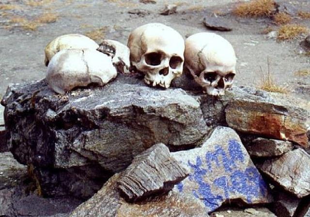 Bí ẩn khó hiểu về hồ xương người chứa hàng trăm hài cốt ở độ cao hơn 5.000m - 4