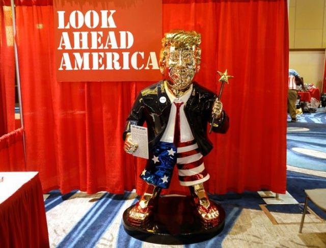 Tượng vàng gây xôn xao tại sự kiện tái xuất của ông Trump - 1