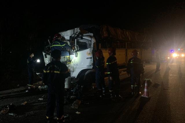 Cảnh sát cắt cabin xe tải giải cứu 2 người mắc kẹt - 1