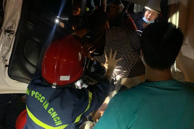 Cảnh sát cắt cabin xe tải giải cứu 2 người mắc kẹt - 2