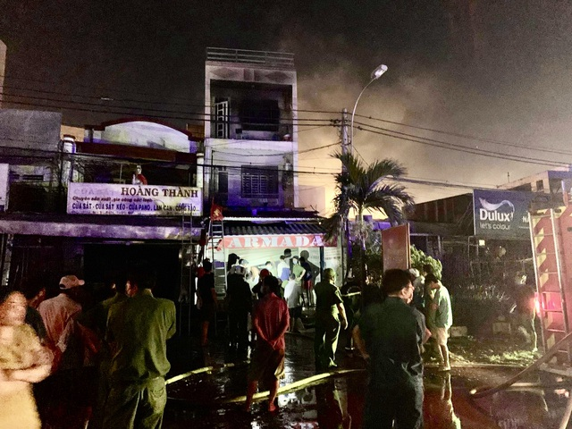 Nhà 3 tầng bốc cháy dữ dội trong đêm, nhiều người bỏ chạy tán loạn - 1