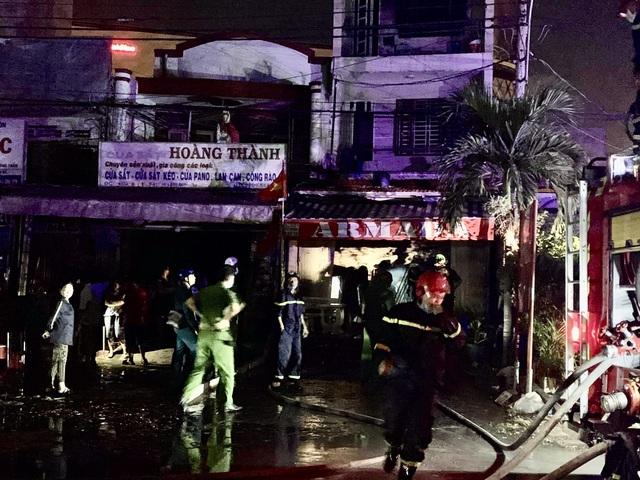 Nhà 3 tầng bốc cháy dữ dội trong đêm, nhiều người bỏ chạy tán loạn - 3