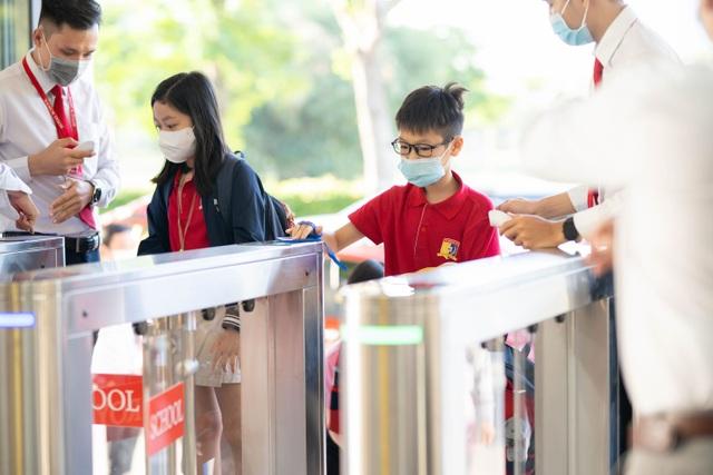 Chùm ảnh: Học sinh Sài Gòn háo hức trở lại trường sau gần 1 tháng nghỉ Tết - 16