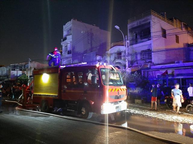 Nhà 3 tầng bốc cháy dữ dội trong đêm, nhiều người bỏ chạy tán loạn - 2