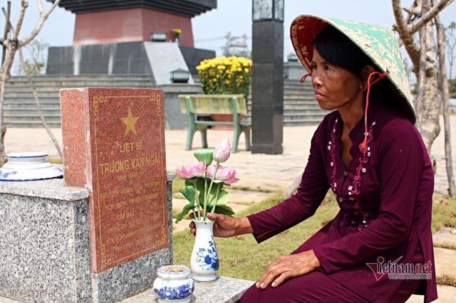 40 năm chăm sóc, bà quản trang kể chuyện linh thiêng bên mộ liệt sĩ - 7