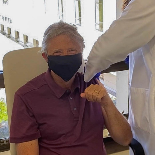 Bill Gates nghiêm túc mang khẩu trang dù đã tiêm đủ vắc xin Covid-19 - 1