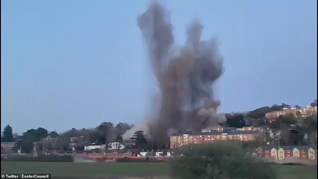 Video bom khủng từ Thế chiến 2 nổ tung giữa khu dân cư - 1