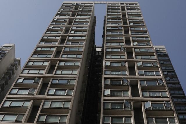 Bé trai tử vong sau khi rơi từ tầng 15 chung cư ở Hong Kong - 1